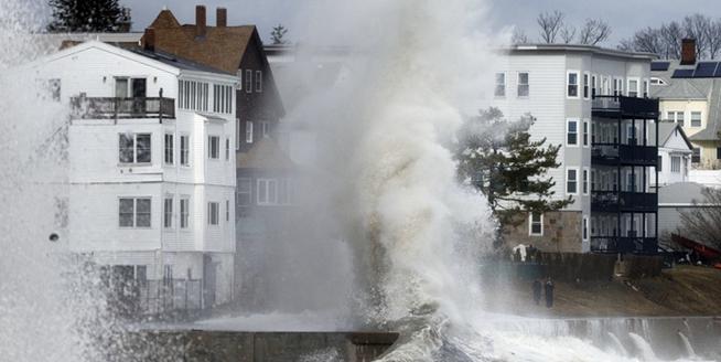 """美國東海岸遭遇""""東北風暴""""襲擊 巨浪直逼屋頂"""
