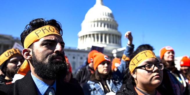"""美國移民活動家聚集國會山 抗議特朗普終結""""夢想法案""""計劃"""