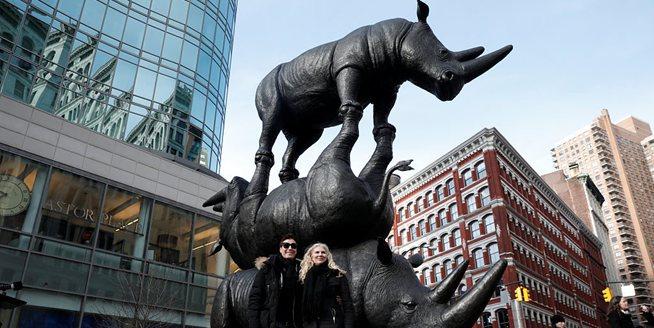 """曼哈頓街頭揭幕犀牛雕塑""""最後三只"""" 呼吁保護瀕危動物"""