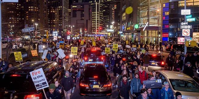 美國紐約舉行百人大遊行 抗議加州警方槍殺手無寸鐵黑人男子