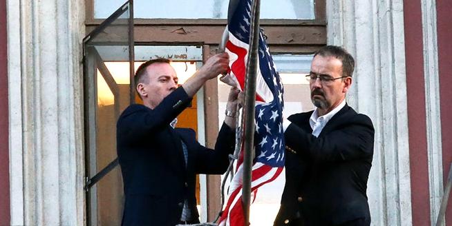 美國駐聖彼得堡領事館遭關閉 工作人員摘下國旗