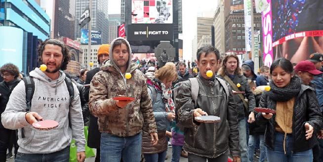 美國紐約時報廣場舉辦顛乒乓球比賽 慶祝世界乒乓球日