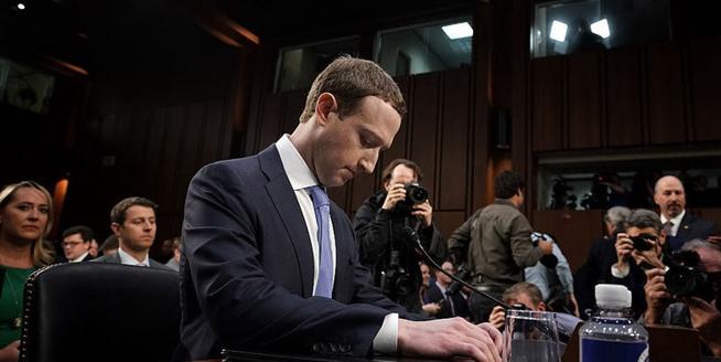 美國:臉書創始人扎克伯格向國會作證 被記者層層包圍