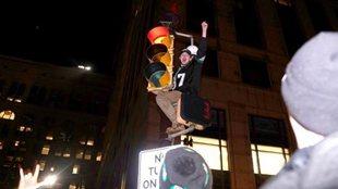 """首捧""""超級碗""""費城狂歡 球迷爬路燈"""